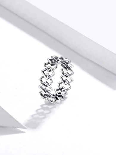 Stylový prsten s geometrickými vzory z pravého stříbra