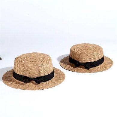 Dámský slaměný klobouk zdobený páskem s mašli