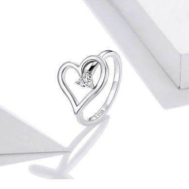 Masivní jemný prsten ve tvaru srdíčka s kamínkem