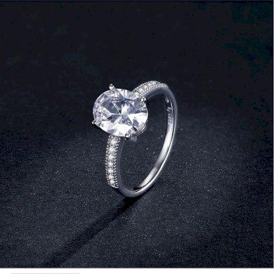 Nádherný stříbrný prsten s masivním čirým kamínkem