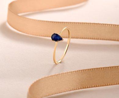 Elegantní dámský prsten s nádherným safírem ve tvaru slzy