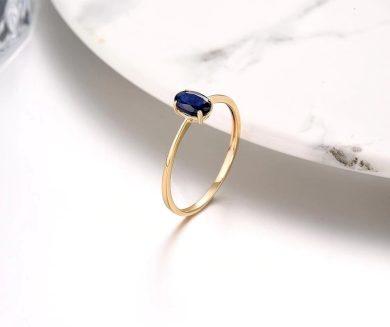 Elegantní dámský prsten s nádherným safírem ve tvaru oválu