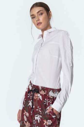 Bílá košile s knoflíky vpředu a vysokým límcem