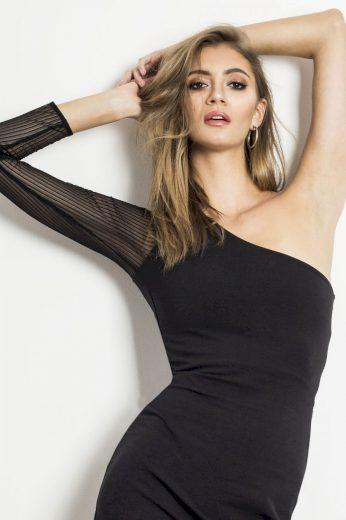 Pouzdrové černé šaty s jedním průhledným rukávem