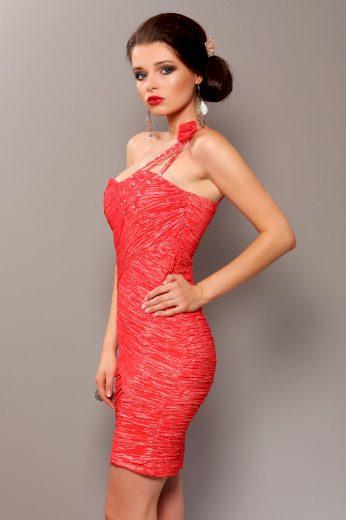 Elegantní šaty s volánky a ozdobnou růží na rameni