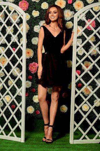 Večerní áčkové šaty délky mini s ozdobnou krájkou