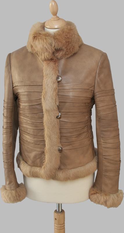 Světle hnědý kožený kabát s králičí kožešinou