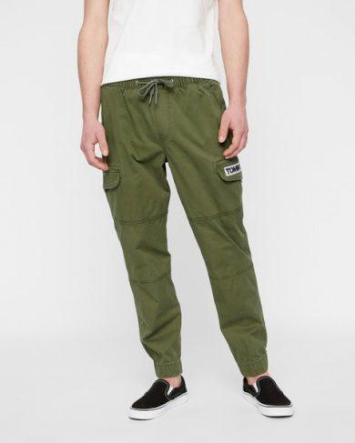Tommy Jeans tmavě zelené kapsové kalhoty TAPERED CUFFED CARGO PANT
