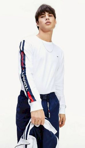 TOMMY JEANS pánské bílé tričko s dlouhým rukávem