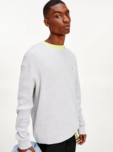 Tommy Jeans pánský světle šedý svetr TJM HONEYCOMB SWEATER