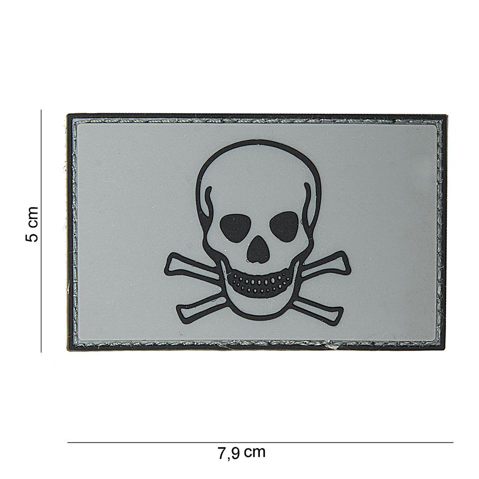 Gumová nášivka 101 Inc Skull and Bones - šedá